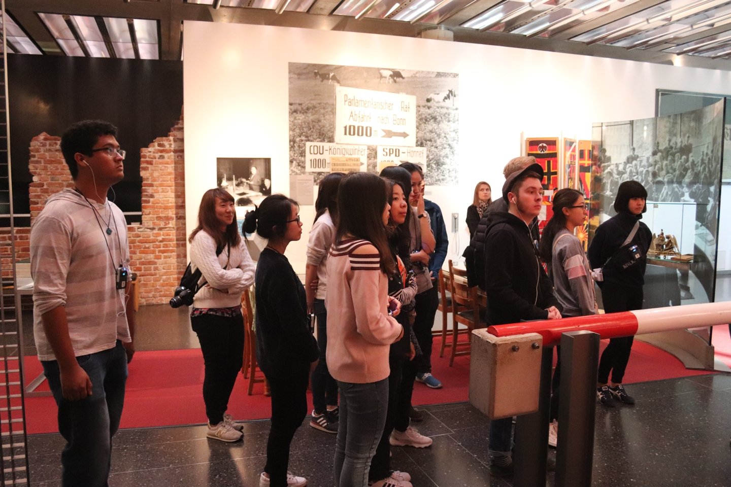 Students looking around in the museum (Haus der Geschichte)